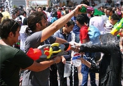 آب بازی دختران و پسران در پارک تهران
